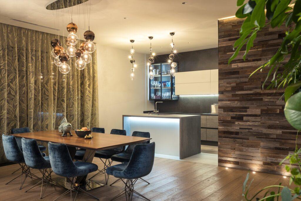 кухня-віталня з красивими люстрами-шарами