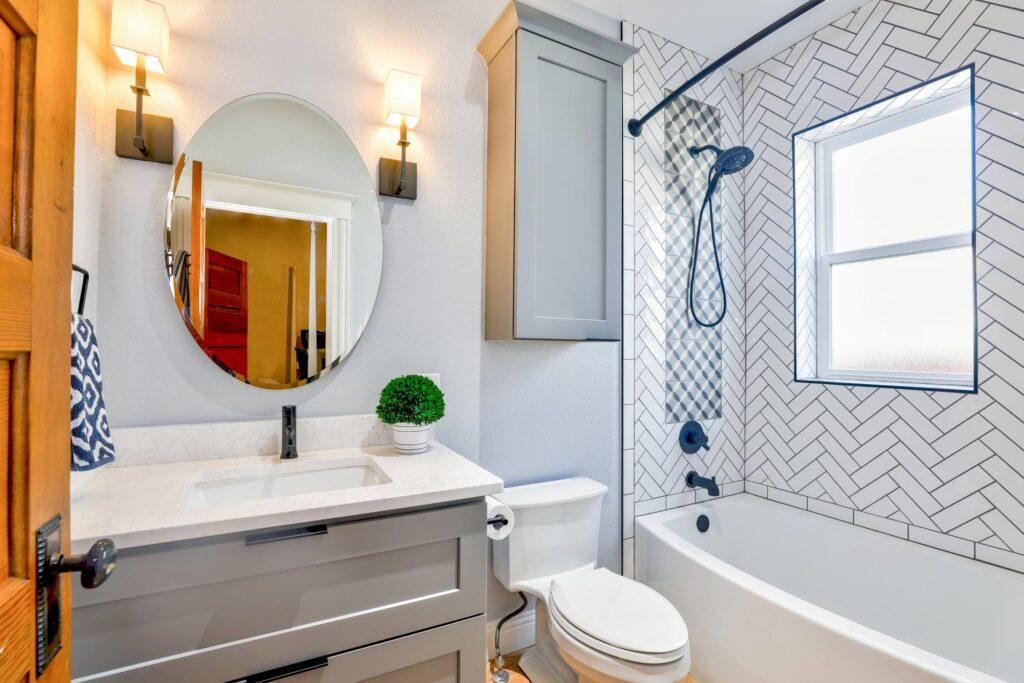освітлення з тінями у дзеркалі у ванній кімнаті