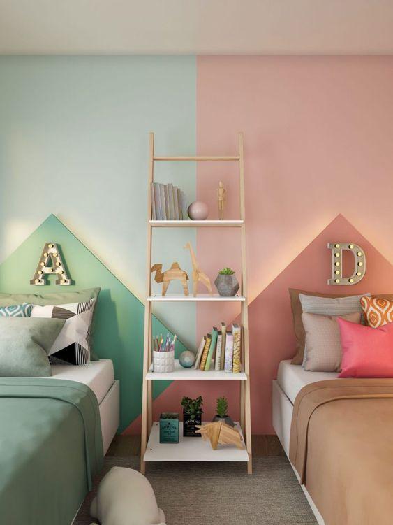 дитяча кімната для різностатевих дітей у зеленому і рожевому кольорах