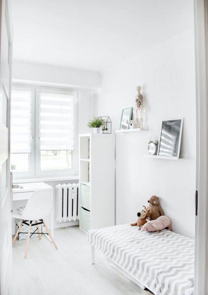 маленька дитяча кімната у білому кольорі