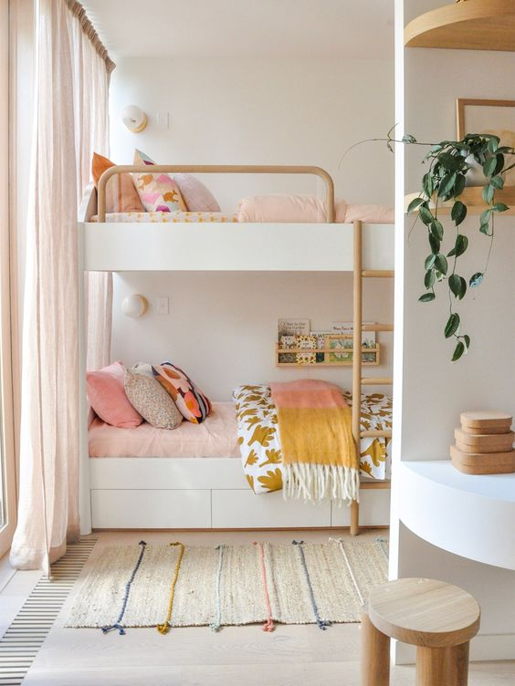 кімната для двох дівчаток з двоповерховим ліжком