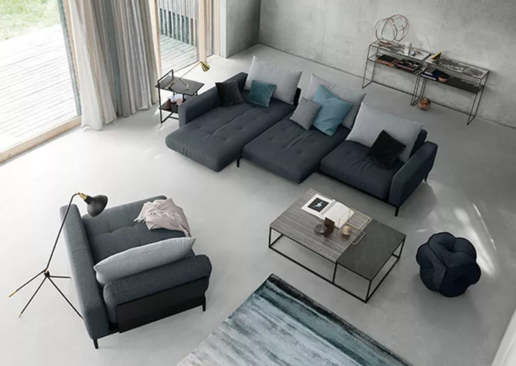 как выбрать диван, темно-серый угловой диван в гостиную, яркие подушки в гостиной